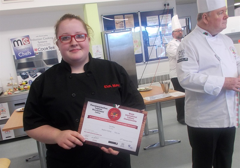 Eva Revill gains a Certificate of Merit in the 'Ultimate Cupcake Challenge' and Bronze in the 'Live Gateau' event.